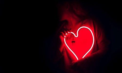 失恋で胸が痛いのはなぜ?理由は本当に胸が痛いから!